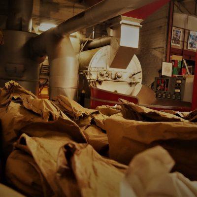 A l'origine été une épicerie de quartier au 110 rue d'Arras à Aire sur la lys. Cette épicerie c'est développée pour devenir une épicerie en Gros et achalander les autres épiceries de la région. Les livraisons se faisaient avec des chevaux puis par camion. Après la deuxième guerre, Jeanne Quetu, la grand-mère du chef actuel décide de torréfier du café. Commence alors un nouveau métier. En 1989, suite à la fermeture des épiceries de proximité au profit des supermarchés, l'activité de grossiste s'arrête et la famille crée Le Comptoir du Lys pour se consacrer uniquement au métier de torréfacteur
